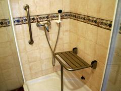 Equipamiento alojamiento rural la aldaba for Agarradera para ducha